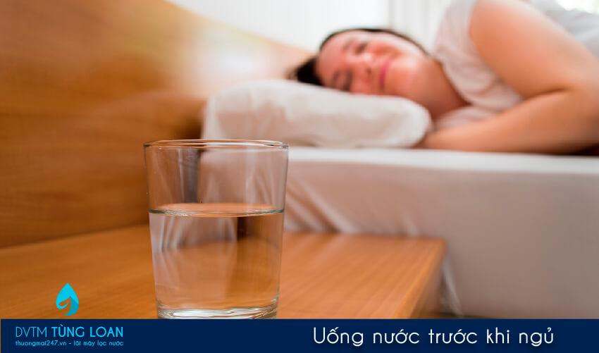 Uống nước trước khi ngủ có nên không?