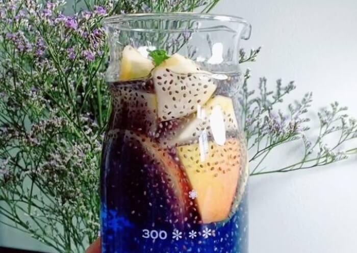 Trà detox với hoa đậu biếc tươi + táo + hạt chia